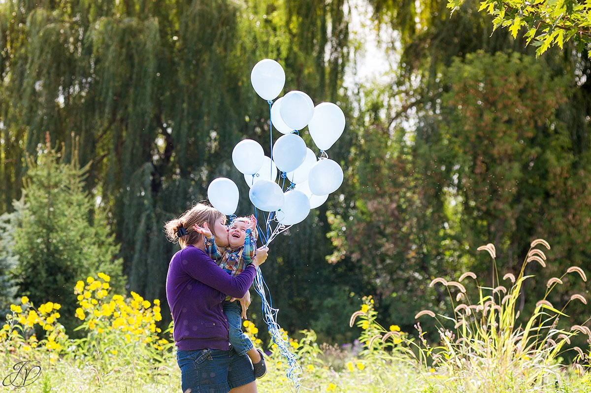 birthday balloons photo session with mom