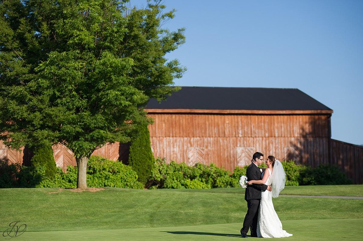 bride and groom barn wedding photo